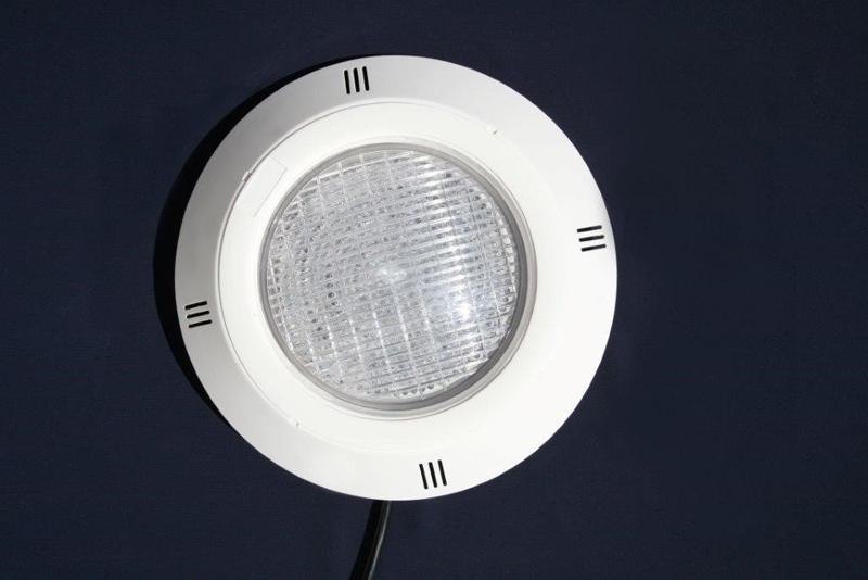 Las luces led son la mejor opción para iluminar tu piscina